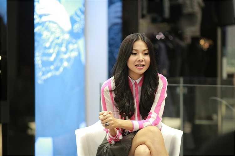 Bên cạnh đó, cô còn có phong cách làm việc chuyên nghiệp và thái độ thân thiện, cởi mở.