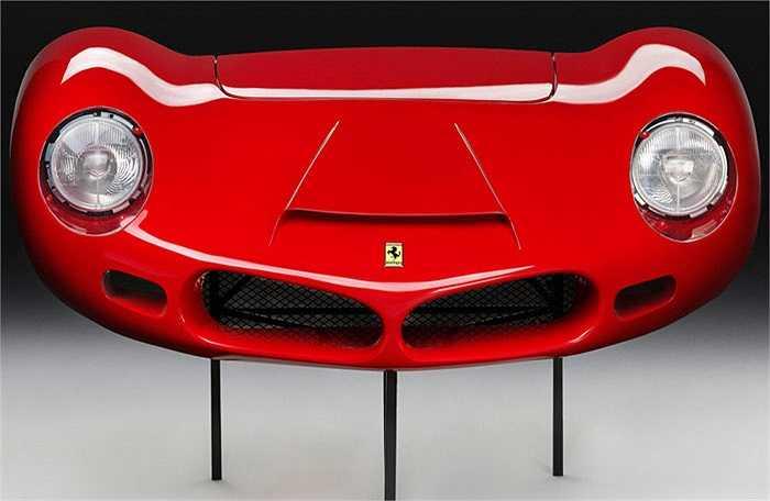 Bản sao mặt trước của siêu xe Ferrari 268SP 1962 có lẽ là thứ phụ kiện kỳ quặc và ít tác dụng nhất trong thế giới. Dù chỉ là bản sao của một phụ tùng trên xe nhưng thứ đồ chơi này có giá lên tới 21.201 USD ngang giá một chiếc sedan hạng trung mới.