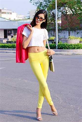 Người mẫu khoe vẻ 'cò hương' trên đường phố, trong những trang phục ngập màu sắc.