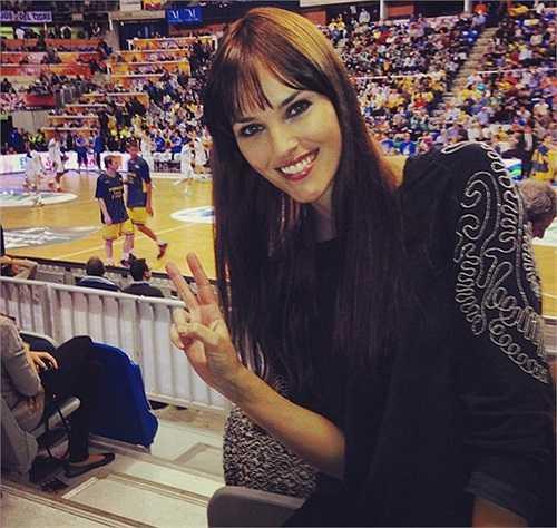 Sau 3 năm hẹn hò, chàng VĐV bóng rổ điển trai Rudy Fernandez chuẩn bị rước cô bạn gái xinh đẹp Helen Lindes về dinh.