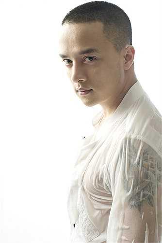 Năm 2009, anh nhận được danh hiệu 1 trong 10 ca sĩ được yêu thích nhất trong bảng xếp hạng Làn sóng xanh.