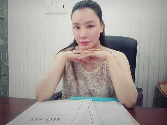 Trong hình ảnh, Hồ Quỳnh Hương để gương mặt gần như mộc hoàn toàn khi chỉ tô chut son trên môi, trông cô xinh đẹp bất ngờ khiến ai cũng phải ngỡ ngàng.
