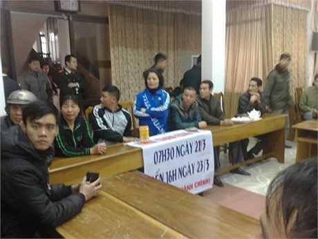 Cổ động viên Quảng Ninh vào thẳng sân UBND TP Cẩm Phả phản đối cách bán vé của sân Cẩm Phả