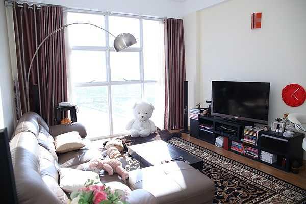 Hoa hậu Thuỳ Dung đang sống cùng chị gái trong một căn hộ ở tầng cao nhất của một khu chung cư tại quận 4, TP HCM. Căn hộ nhỏ nhắn nhưng ngăn nắp, gồm phòng khách, bếp và hai phòng ngủ.