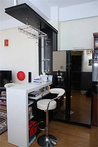 Không gian phòng khách và bếp được ngăn cách bằng một quầy bar nhỏ.