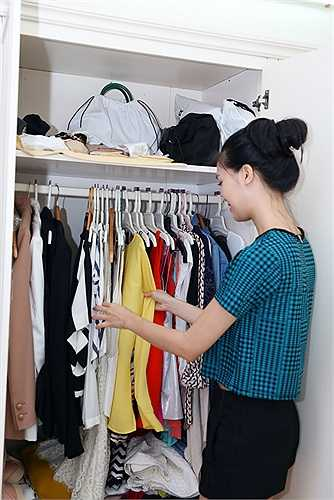 Tủ quần áo của Thuỳ Dung khá đa dạng về kiểu dáng, nhưng chủ yếu là những bộ trang phục trẻ trung, năng động.