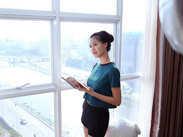 Phòng khách nhà Thuỳ Dung có view rất đẹp và thoáng, nhìn bao quát được một góc Sài Gòn rộng lớn.