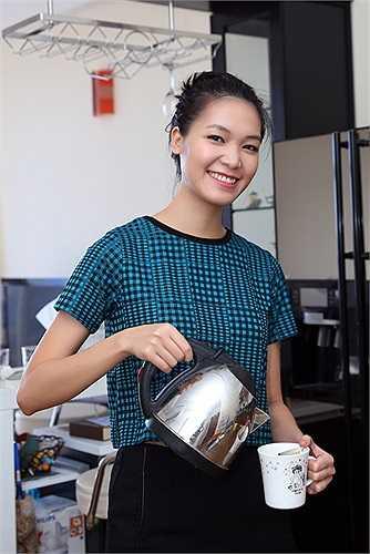 Vì chỉ có hai chị em sống với nhau nên Hoa hậu Việt Nam 2008 thường tự tay làm mọi việc lặt vặt trong nhà.
