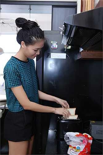 Thuỳ Dung tự nhận mình không có khiếu nấu ăn nên chỉ có thể nấu được một số món đơn giản. Buổi sáng cô thường ăn ở nhà với món bánh mỳ ốp la.