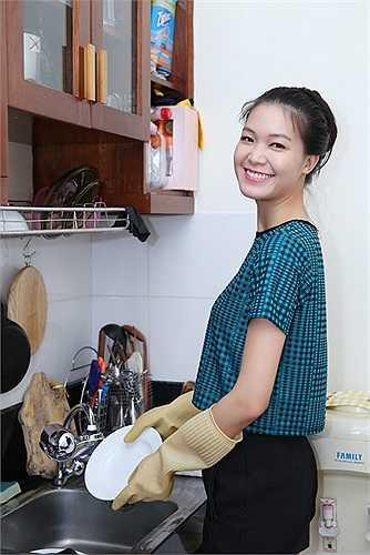 Hoa hậu thích tự tay rửa chén bát và lau dọn nhà cửa.