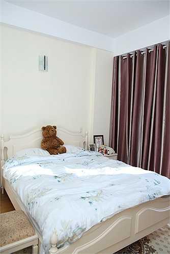Căn hộ gồm hai phòng ngủ có ánh sáng tự nhiên. Phòng ngủ của Thuỳ Dung rất ngăn nắp.
