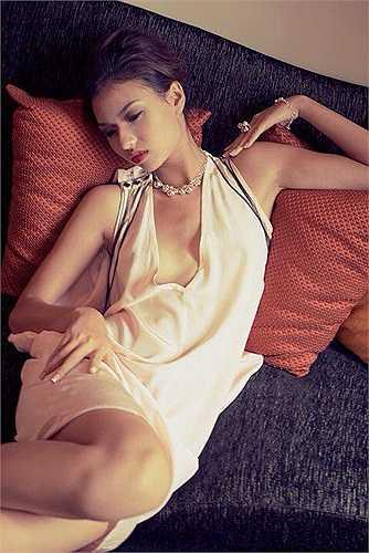 Người mẫu Hồng Quế lả lơi quyến rũ trong những trang phục được thiết kế táo bạo.