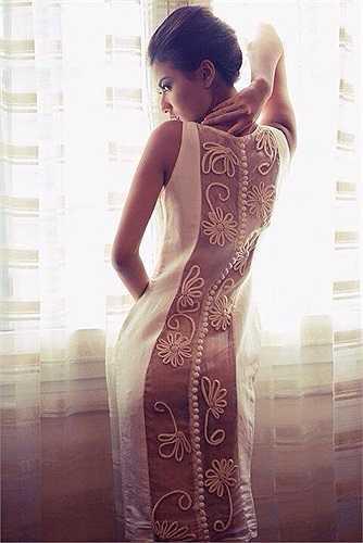 Người đẹp diện những trang phục già dặn hơn tuổi, nhưng khoe được vẻ quyến rũ của cơ thể.