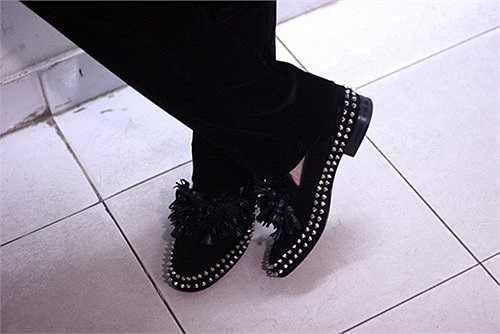 Nam ca sỹ đỏm dáng rất quan tâm đến kiểu dáng của giày. Anh thường chọn những đôi giày có thiết kế bắt mắt.