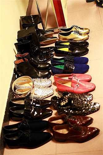 Có lúc anh còn mang hơn 10 đôi giày cho 1 liveshow của mình.