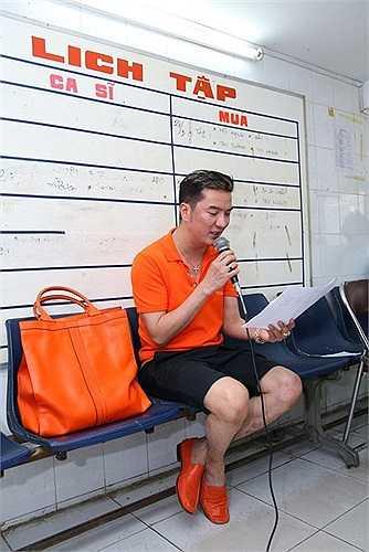 Ông hoàng nhạc Việt có sở thích phối phụ kiện tông xuyệt tông.