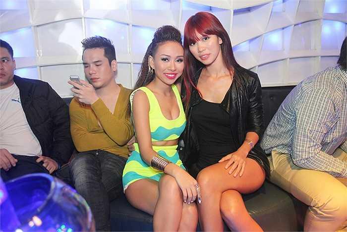 Trong đêm tiệc, nữ ca sĩ 'Xấu lạ' nổi bật với chiếc body suit có sắc màu neon sặc sỡ.
