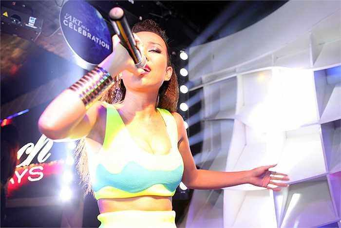 Tranh thủ thời gian rảnh rỗi ở Hà Nội, siêu mẫu Hà Anh đã có một bữa tiệc sôi động, đầy hào hứng cùng Thảo Trang.