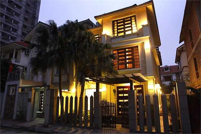 Ngôi nhà ba tầng sở hữu kiến trúc hiện đại, sang trọng. Hồ Quỳnh Hương thích hòa mình vào với thiên nhiên nên ngôi nhà của cô cũng có rất nhiều cây xanh, nó giúp cô thảnh thơi sau những áp lực công việc mỗi ngày.