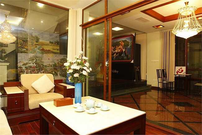 Bên cạnh phòng khách rộng lớn sang trọng, phòng bếp lộng lẫy với bàn ăn sang trọng, cầu thang rộng thênh thang, bài trí cầu kỳ là căn phòng ngủ đơn giản, xinh xắn nhưng êm đềm và ấm cúng.