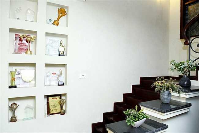 Không gian bên trong trang trí đơn giản nhưng hiệu quả. Phòng khách nhỏ yên tĩnh kết hợp làm nơi thiền của nữ ca sỹ.
