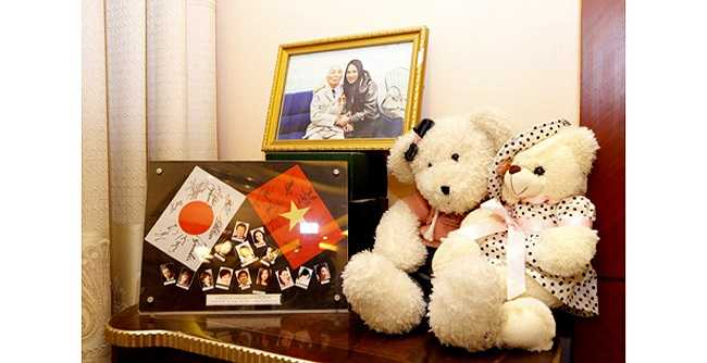 Khung ảnh - món quà lưu diễn và bức ảnh gúy giá chụp cùng Tướng Giáp. (Theo Eva)