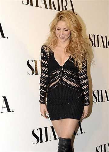Shakira tươi tắn và trẻ trung không ngại khoe vòng một trong chiếc váy ngắn khoét cổ sâu dạng lưới.