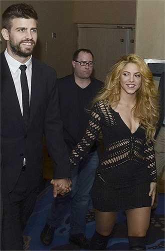 Bộ đầm xẻ cổ sâu với những đường cắt khoét nhỏ dọc cơ thể và tay khiến Shakira thêm phần gợi cảm và cuốn hút.