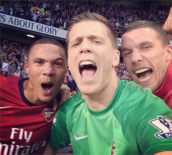 Ảnh thủ thành Arsenal ăn mừng chiến thắng cùng đồng đội cũng tạo thành cơn sốt trên cộng đồng mạng tuần qua