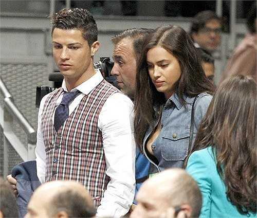 Sánh bước đi cạnh Ronaldo đẹp trai, lịch lãm