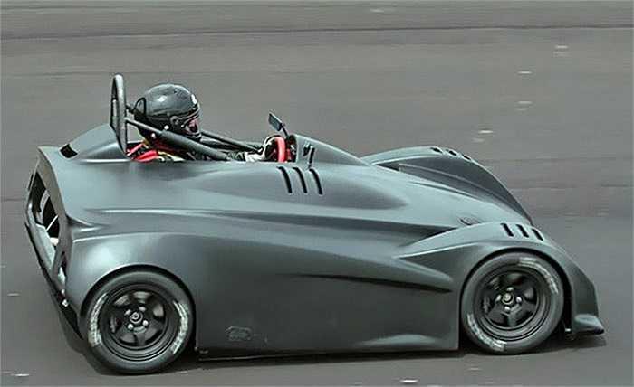 Có giá tới 50.000 USD, mẫu xe trẻ em DP4 Super Go Kart dường như là món đồ chơi  dành cho người lớn khi có thể đạt vận tốc tối đa tới gần 200km/h. Xe có thiết kế tương tự mẫu Batmobile.