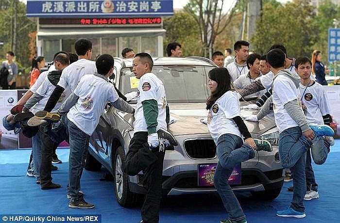 Báo chí không tiếc lời tung hô chủ nhân siêu xe BMW X1 mẫu mới năm 2014 sau chiến thắng của anh tại một cuộc thi kỳ cục do nhãn hàng này tổ chức.