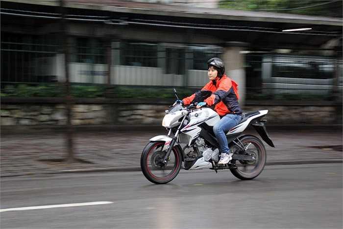 Thương hiệu lớn, giá dưới 70 triệu đồng, môtô thể thao chính hãng đầu tiên của Yamaha có đủ chất với những người muốn thử chơi xe phân khối lớn?