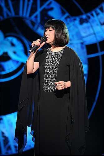 Cô chọn cho mình bộ cánh đen tuyền để có thể diễn tả được cảm xúc của bài hát