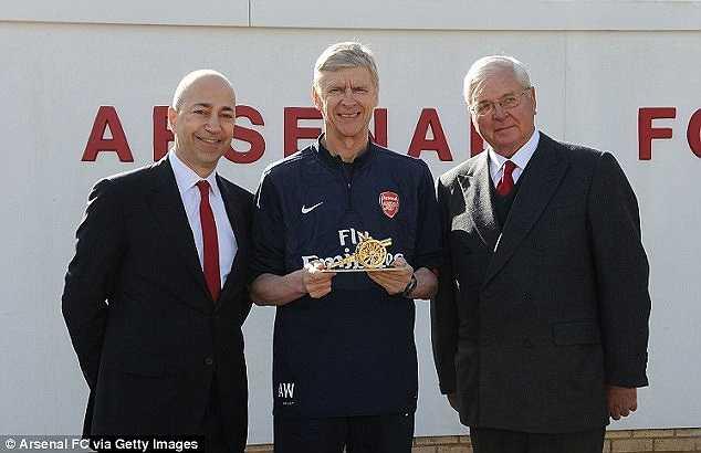 Trước đó, ban lãnh đạo Arsenal đã tặng Wenger một khẩu pháo bằng vàng làm kỷ niệm trận 1000 dẫn dắt đội bóng thành London