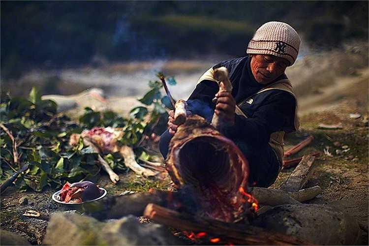 Trước lúc đi săn, những người thợ săn phải làm lễ dâng lên thần vách núi, thịt cừu nguyên con, hoa quả và gạo