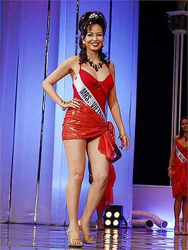 Hoa hậu Nguyễn Diệu Hoa dù đã ngoại tứ tuần nhưng vẫn rất gọn gàng và thon thả