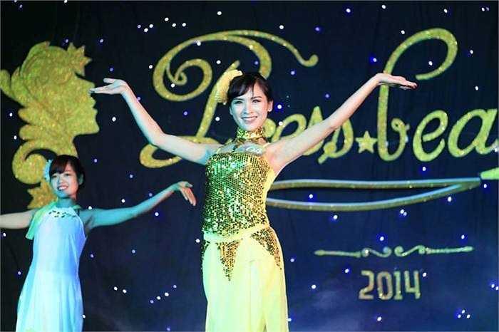 Nguyễn Thị Phương Thu SBD 04 với tiết mục múa 'Sóng lụa ven đô'