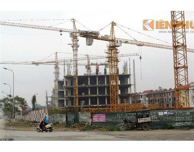 Phía bên trái lối vào Khu đô thị Văn Khê, hàng hoạt tòa nhà đang xây dựng dở dang của Usilk City không một bóng người, nằm phơi sương, nắng.