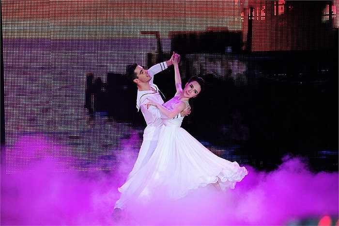 Xuất hiện trong đêm Chung kết Bước nhảy hoàn vũ tối qua, Angela Phương Trinh góp mặt bằng một tiết mục dành cho khách mời.