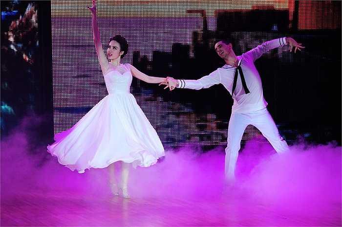 Angela Phương Trinh diện bộ váy trắng bồng bềnh như công chúa, khiêu vũ cùng bạn nhảy trong tiết mục múa đương đại khá mềm mại.