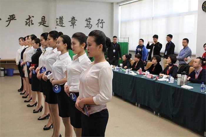 Trong vòng sơ tuyển, hội đồng tuyển dụng sẽ xem xét ngoại hình và một số kỹ năng cơ bản của thí sinh trong cách đi đứng, tạo dáng...
