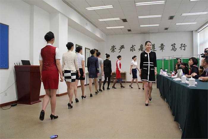 Các ứng viên đi lại trước mặt ban tuyển dụng giống như người mẫu trình diễn trên sàn catwalk.