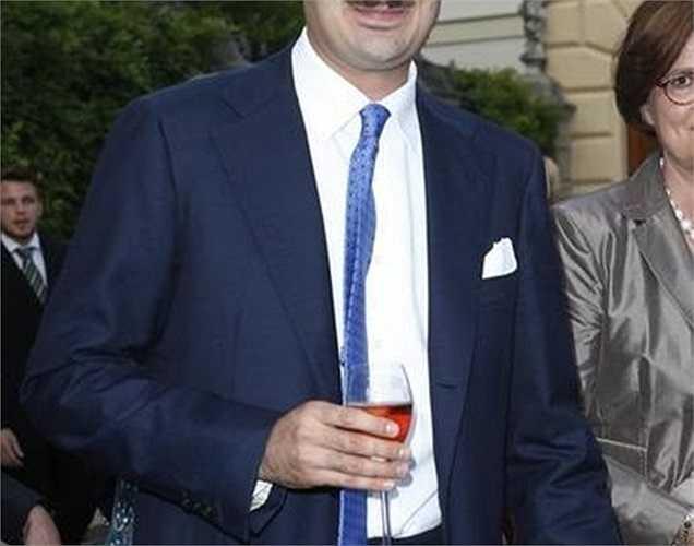2. Albert von Thurn und Taxis Giá trị tài sản: 1,6 tỷ USD Tuổi: 30 Nghề nghiệp: Hoàng tử thứ 12 của dòng dõi quý tộc Thurn and Taxis, Đức Số tài sản 1,6 tỷ USD của hoàng tử Albert von Thurn und Taxis có được chủ yếu là do thừa kế, trong đó lớn nhất phải kể đến 36.000 ha rừng tại Đức. Chính thức lọt vào danh sách Những tỷ phú giàu có nhất thế giới của Forbes từ khi lên 8, nhưng phải đến năm 18 tuổi, hoàng tử Albert mới được sở hữu số tài sản này.