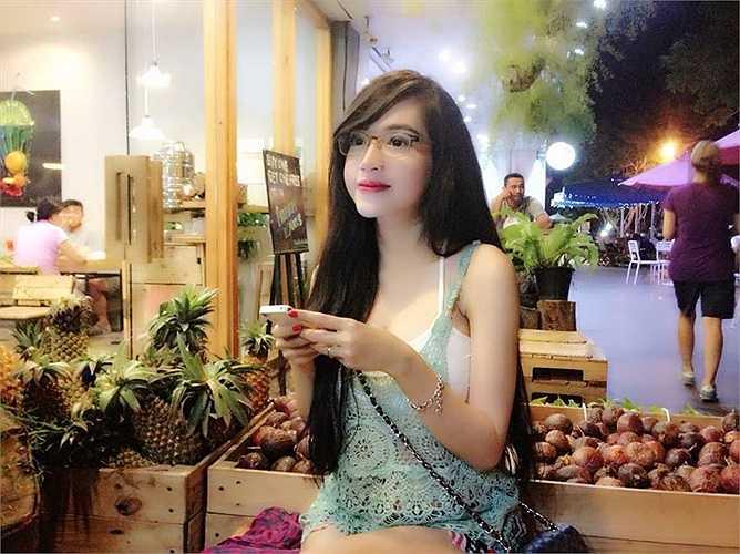 Elly Trần có những trang phục khoe thân quyến rũ.