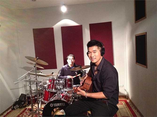 Tạ Quang Thắng trong phòng tập nhạc.