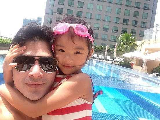 Trần Bảo Sơn bên cô công chúa nhỏ.