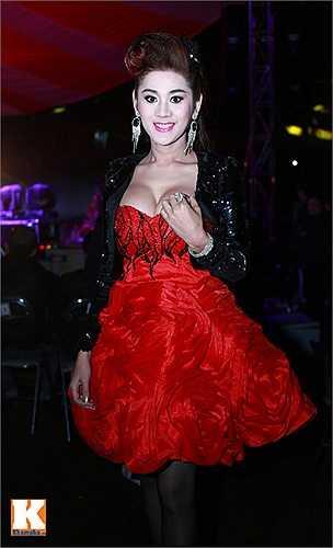 Lâm Chi Khanh khiến không ít người 'choáng' bởi cách ăn mặc sexy và gợi cảm. Đặc biệt, vòng một của nữ ca sỹ bị chèn quá mức khiến nó trở nên khá phản cảm.