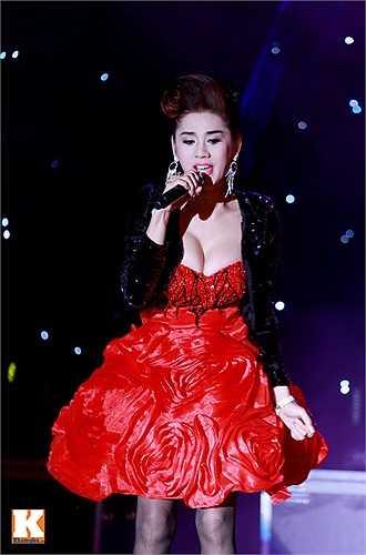 Nữ ca sỹ thể hiện bài hát đầy tâm trạng.
