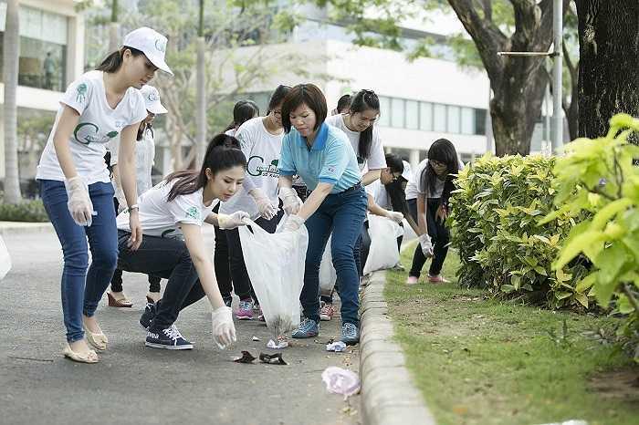 Đến với chiến dịch giờ xanh 2014, Ngọc Hân cùng tham gia các hoạt động nhặt rác,  đổi túi ni long lấy túi tự hủy sinh học.